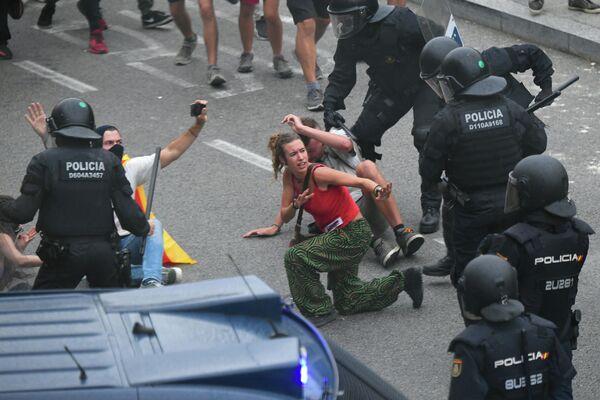 Столкновения протестующих с полицией возле аэропорта Эль-Прат в Барселоне