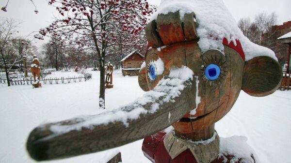 Деревянная фигура сказочного персонажа Буратино в парке искусств Музеон