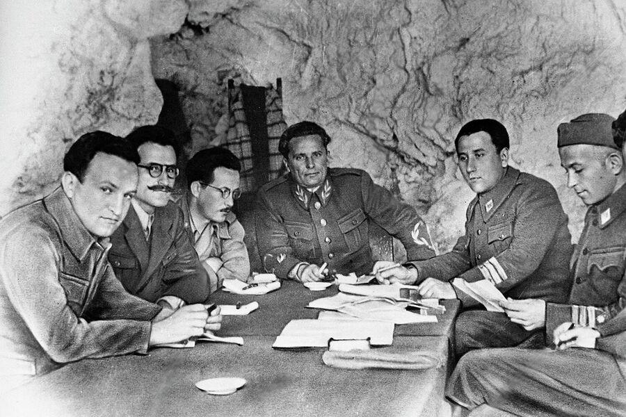 Верховный главнокомандующий Народной-освободительной армией Югославии маршал Иосип Броз Тито (в центре) с членами штаба на острове Вис. Лето 1944 года