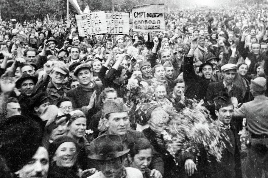Жители Белграда встречают освободителей