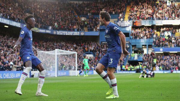 Футболисты Челси радуются забитому мячу Маркоса Алонсо (справа)