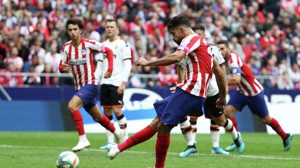 Форвард Атлетико Диего Коста, на заднем плане Денис Черышев из Валенсии