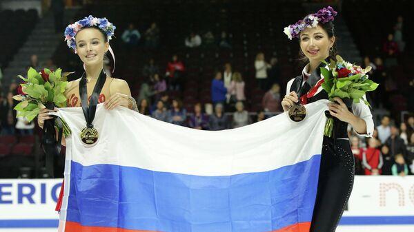 Слева направо: российские фигуристки Анна Щербакова, завоевавшая золотую медаль, Елизавета Туктамышева, завоевавшая бронзовую медаль, в первом этапе серии Гран-при США по фигурному катанию