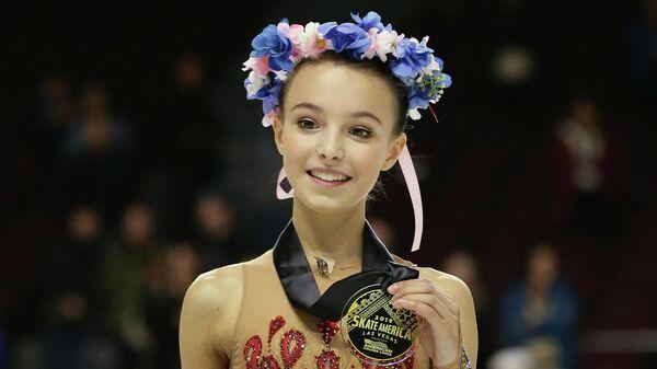 Анна Щербакова (Россия), выигравшая золотую медаль на первом этапе Гран-при Skate America в Лас-Вегасе (США)