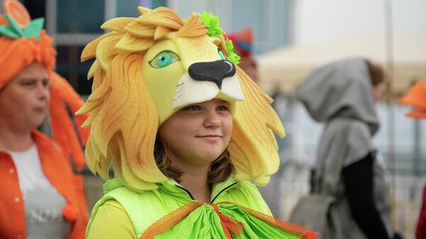 Одна из участниц карнавального шествия, завершающего фестиваль.