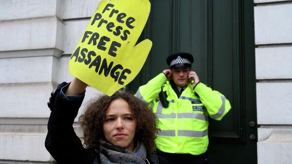 Участница акции против преследования основателя Wikileaks Джулиана Ассанжа у магистратского суда лондонского района Вестминстер