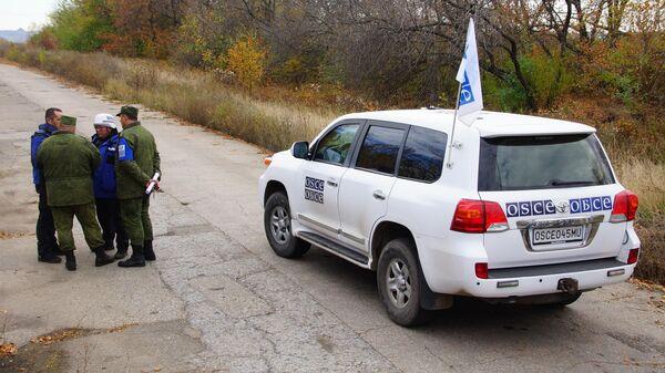 Наблюдатели ОБСЕ в поселке Золотое в Луганской области