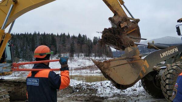 Сотрудники МЧС ликвидируют последствия прорыва технологической дамбы на реке Сейба в Курагинском районе Красноярского края