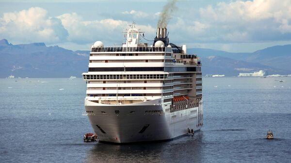 Круизное судно на рейде рядом с городом Илулиссат в акватории острова Гренландия