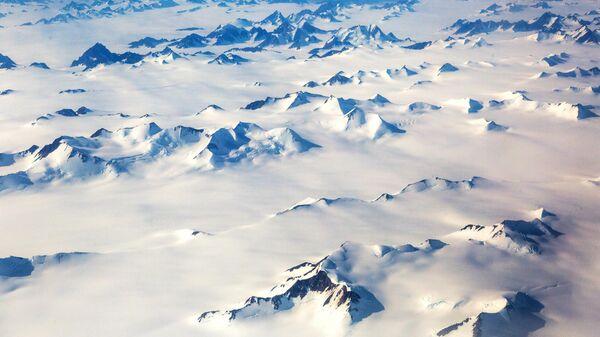 Заснеженные горы на острове Гренландия
