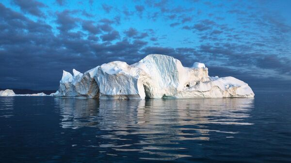Айсберг в акватории острова Гренландия