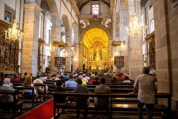 Прихожане в одной из католических церквей города Понта-Делгада на острове Сан-Мигел в Португалии. Сан-Мигел - самый большой остров в составе португальского архипелага Азорские острова