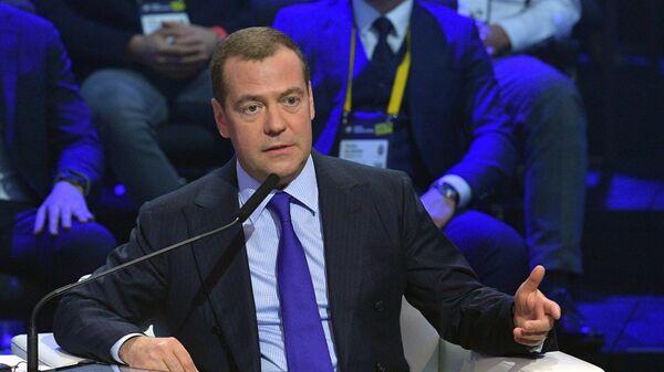 Председатель правительства РФ Дмитрий Медведев во время пленарного заседания Московского международного форума инновационного развития Открытые инновации