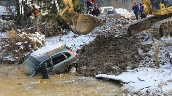 Сотрудники МЧС на месте прорыва технологической дамбы на реке Сейба в Курагинском районе Красноярского края