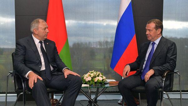 Председатель правительства РФ Дмитрий Медведев и премьер-министр Белоруссии Сергей Румас во время встречи в инновационном центре Сколково