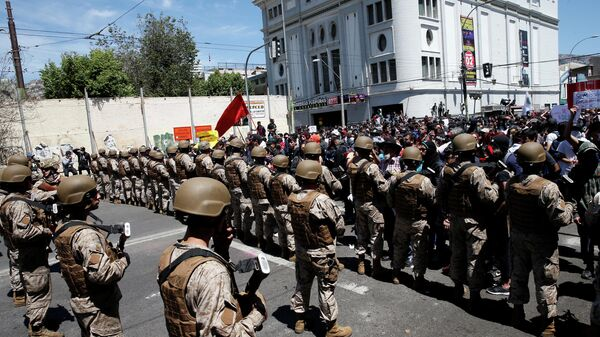 Soldiers block demonstrators during a rally to the Chilean Congress, in Valparaiso, Chile October 22, 2019. REUTERS/Rodrigo Garrido