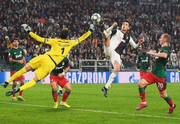 Криштиану Роналду атакует ворота Маринато Гилерме