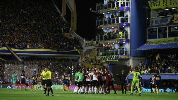 Футболисты Ривер Плейт радуются победе над Бока Хуниорс