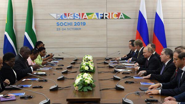 Президент РФ Владимир Путин и президент ЮАР Сирил Рамафоза во время встречи на полях саммита Россия - Африка. 23 октября 2019