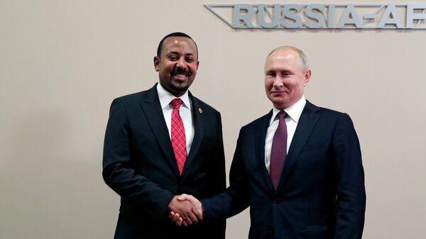 Президент РФ Владимир Путин и премьер-министр Эфиопии Абий Ахмед Али во время встречи на полях саммита Россия - Африка. 23 октября 2019