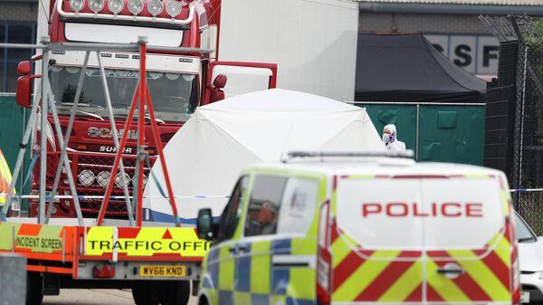 Полиция на месте обнаружения грузовика с телами в британском городе Грейс