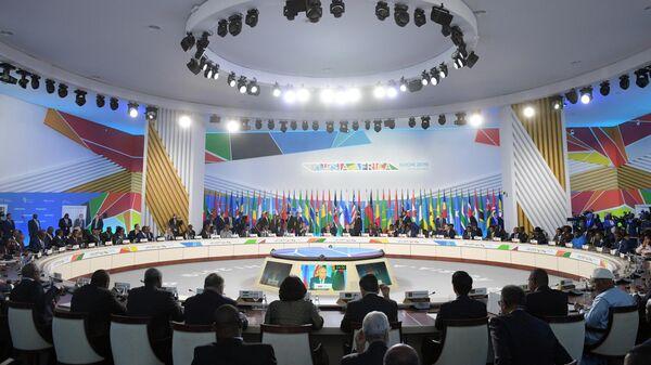Президент РФ Владимир Путин на первом пленарном заседании саммита Россия - Африка