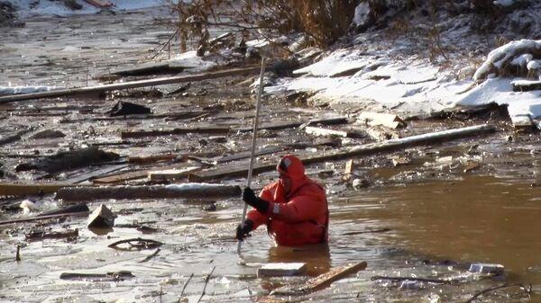 Сотрудники МЧС проводят поисково-спасательные работы на месте прорыва технологической дамбы на реке Сейба в Курагинском районе Красноярского края