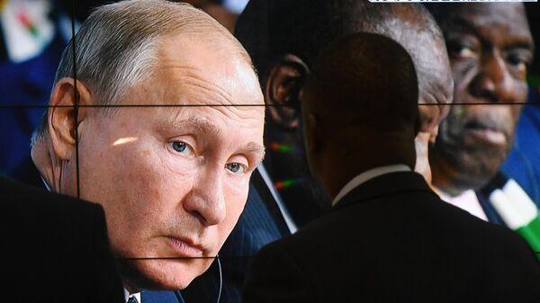 Трансляция выступления президента РФ Владимира Путина на первом пленарном заседании саммита Россия - Африка