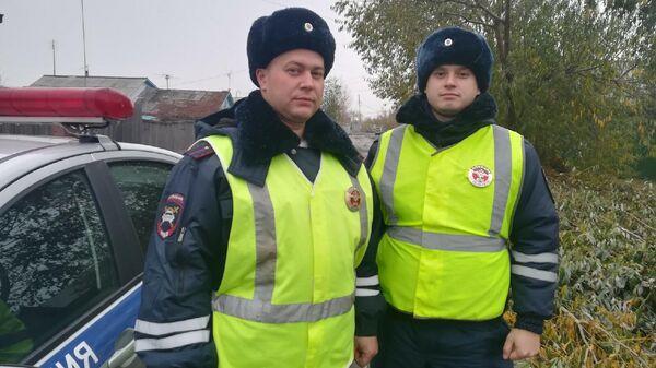 В Омске сотрудники полиции спасли из горящего дома троих детей