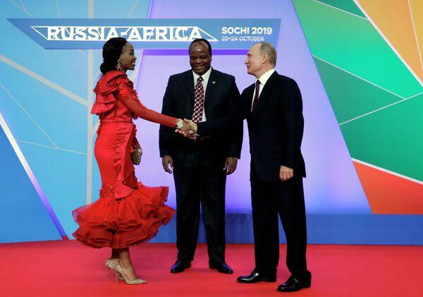 Президент РФ Владимир Путин и король Эсватини Мсвати III с супругой на церемонии официальной встречи глав государств и правительств государств-участников саммита Россия - Африка