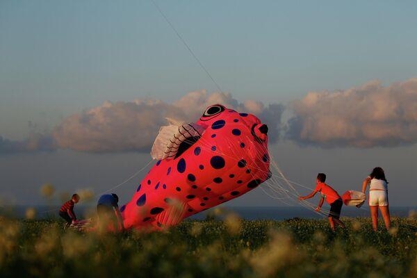 Участники Международного фестиваля воздушных змеев на острове Гоцо Мальтийского архипелага