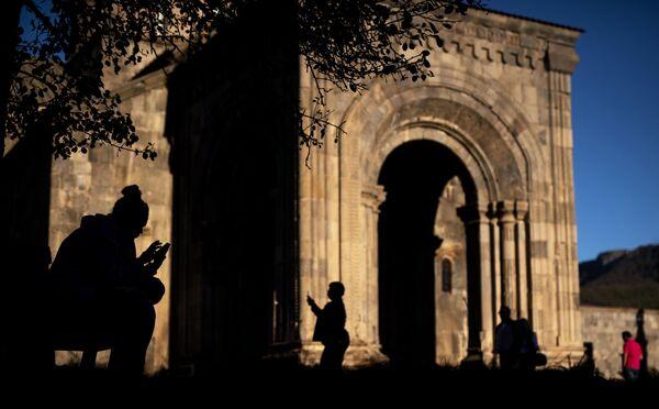 Туристы на территории монастыря Татев в Сюникской области Армении