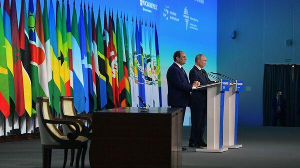 Президент РФ Владимир Путин и сопредседатель саммита Россия - Африка президент Арабской республики Египет Абдель Фаттах ас-Сиси во время совместного заявления для прессы