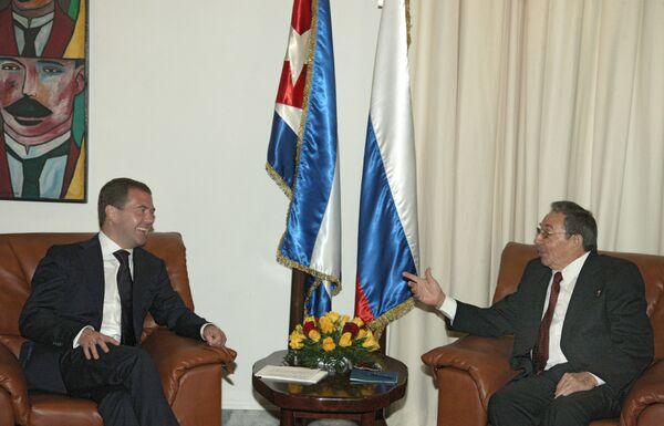 Президент России Дмитрий Медведев и председатель Госсовета и Совета министров Кубы Рауль Кастро