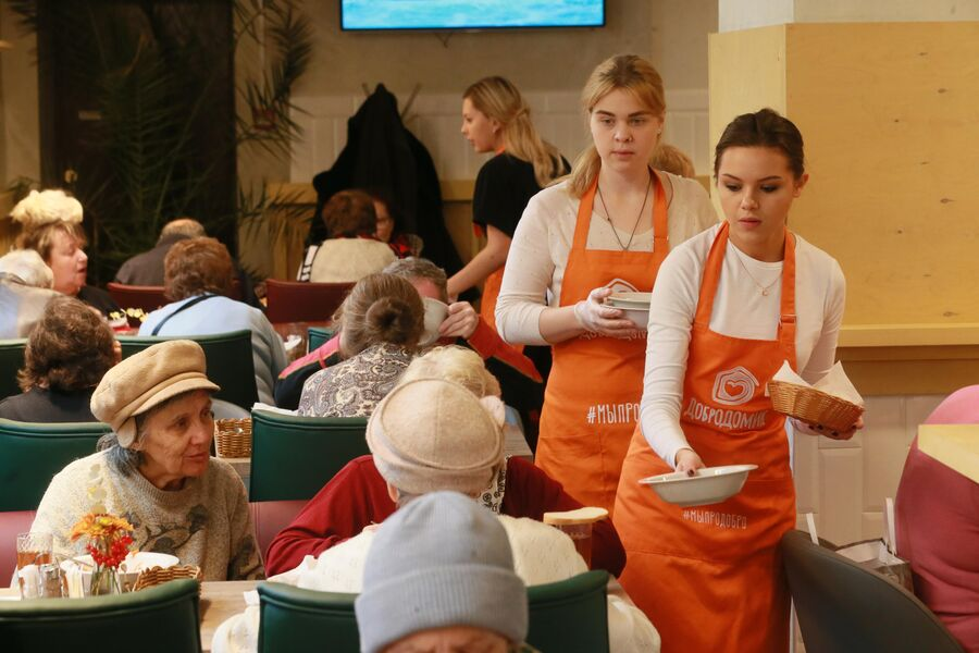 Официанты разносят еду