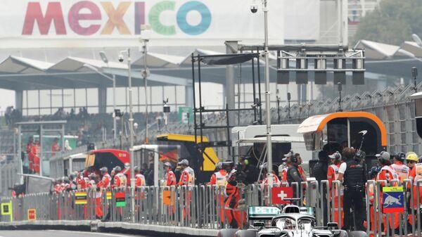Пилот Мерседеса Льюис Хэмилтон во время свободной практики на Гран-при Мексики