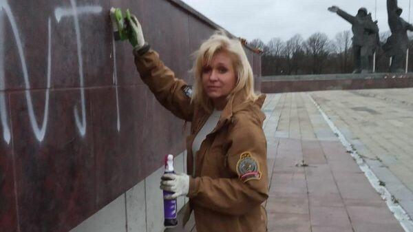 Депутат Сейма от партии Согласие собрала активистов, чтобы смыть с памятника освободителям надпись