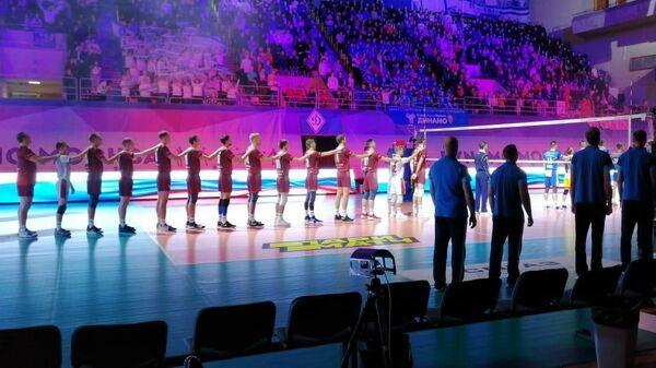 Волейболисты Новы (слева)