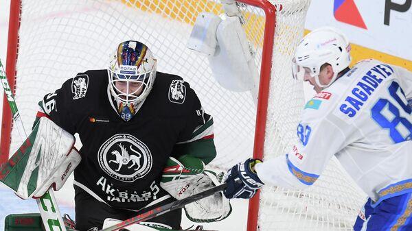 Вратарь Ак Барса Адам Рейдеборн (слева) и игрок Барыса Антон Сагадеев
