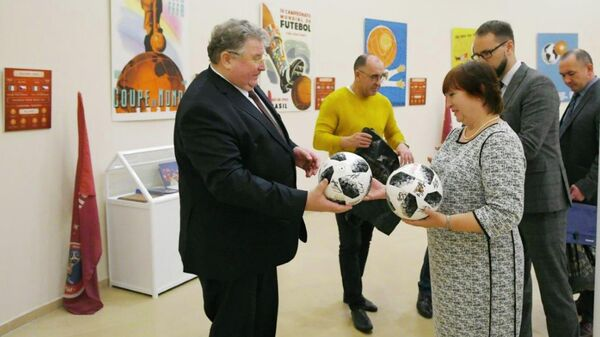 Глава Мордовии Владимир Волков передал в музей ЧМ-2018 в Саранске мяч с автографом Роналду