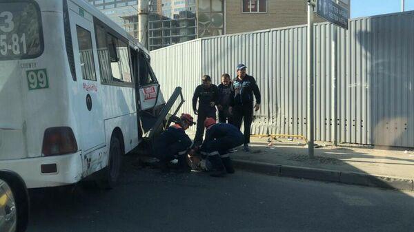 Сотрудники МЧС на месте ДТП с участием маршрутного такси и автомобиля скорой помощи в Ростове-на-Дону
