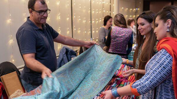 Продажа шалей во время индийского фестиваля огней в Москве