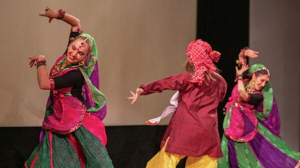 Танцы во время празднования индийского фестиваля огней в Москве