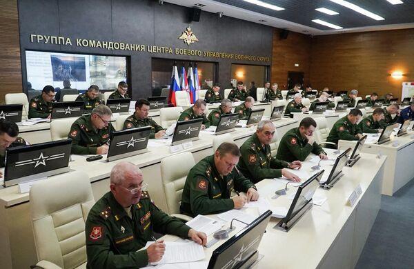 Военнослужащие во время Всероссийского географического диктанта в штабе ЦВО в Екатеринбурге