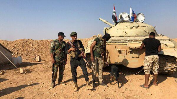 Сирийская армия на передовых позициях в районе города Айн-Исса на севере провинции Ракка