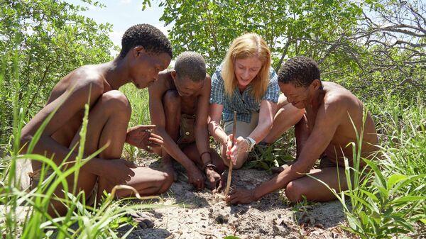 Профессор Ванесса Хейс с местными жителями в пустыне Калахари