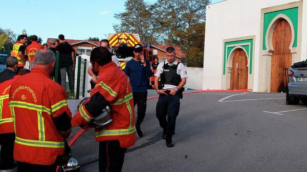 Полицейские и пожарные у мечети в Байонне на юго-западе Франции. 28 октября 2019