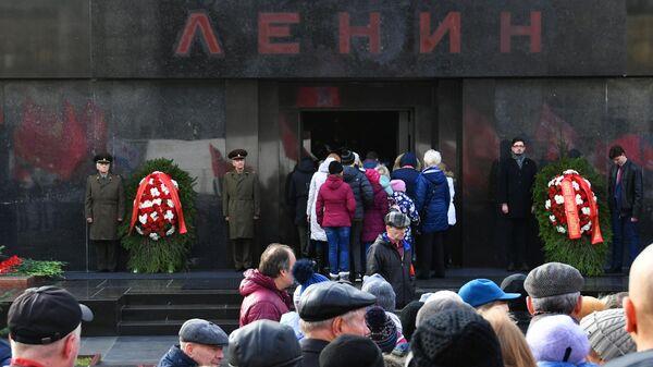 Участники акции во время торжественной церемонии возложения венков и цветов к Мавзолею В. И. Ленина