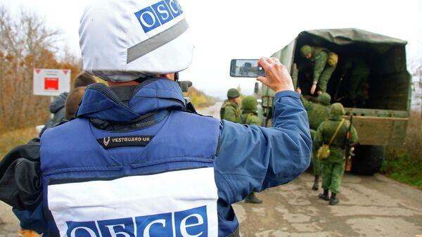Наблюдатель ОБСЕ следит за отводом сил бойцов подразделений ЛНР в поселке Золотое в Луганской области