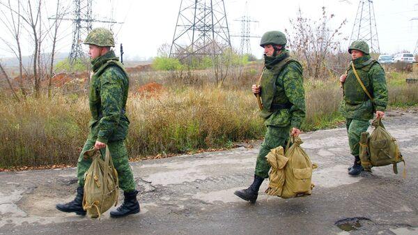 Отвод сил бойцов подразделений ЛНР в поселке Золотое в Луганской области